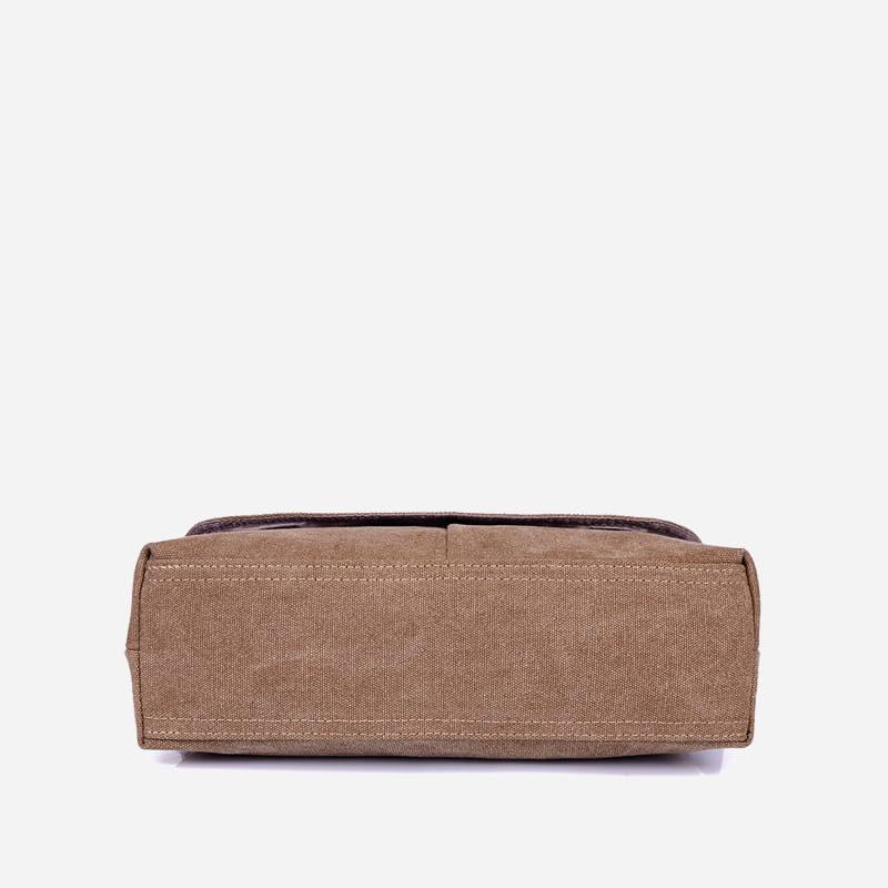 Dessous du sac besace bandoulière en toile brun pour homme.