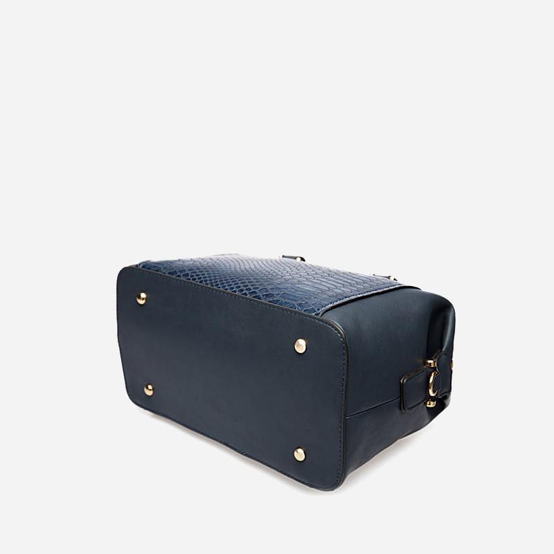 Dessous du sac bowling en cuir bleu pour femme.