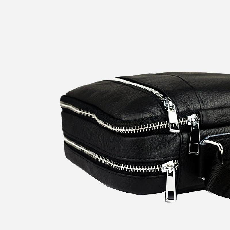 Détails de la petite sacoche à bandoulière pour homme en cuir véritable noir.