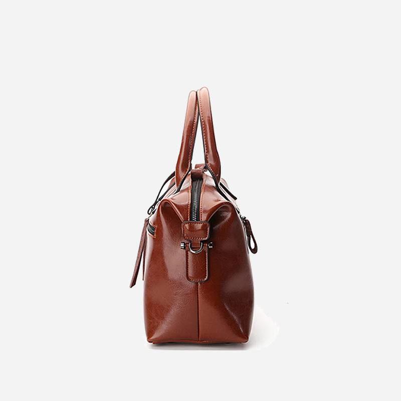Côté du sac à main bandoulière pour femme en cuir véritable de couleur marron.