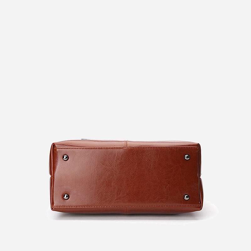 Dessous du sac à main bandoulière pour femme en cuir véritable de couleur marron.
