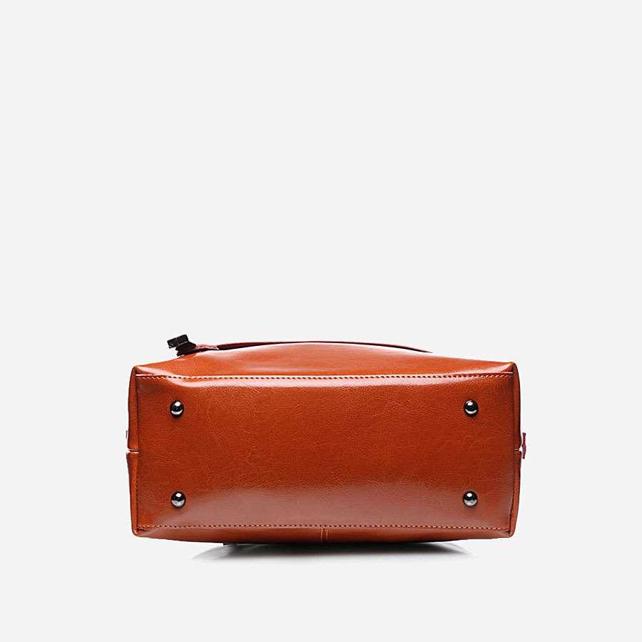 Dessous du sac à main pour femme marron en cuir véritable avec bandoulière amovible.
