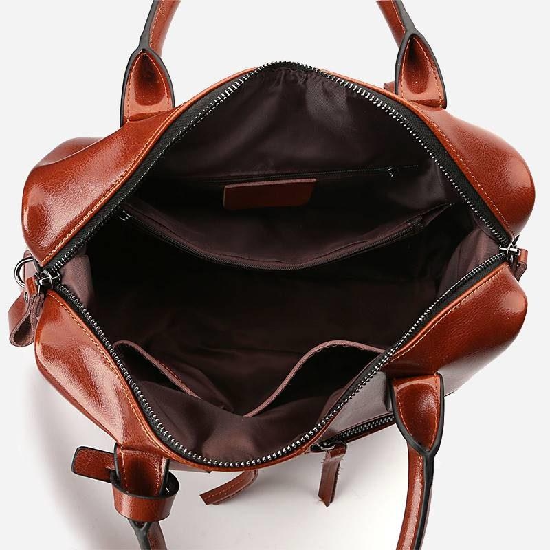 Intérieur du sac à main bandoulière pour femme en cuir véritable de couleur marron.