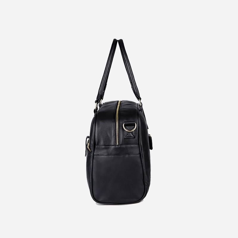 Côté du sac à main de type week-end 24h pour homme. En cuir et de couleur noir.