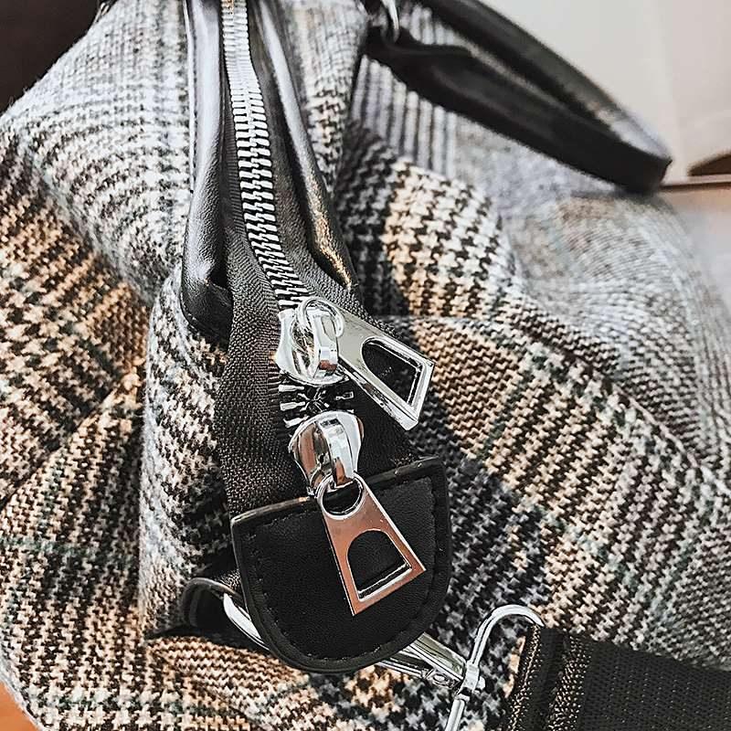 Détails du sac week-end et du sac de voyage gris en toile avec motifs pour femme.
