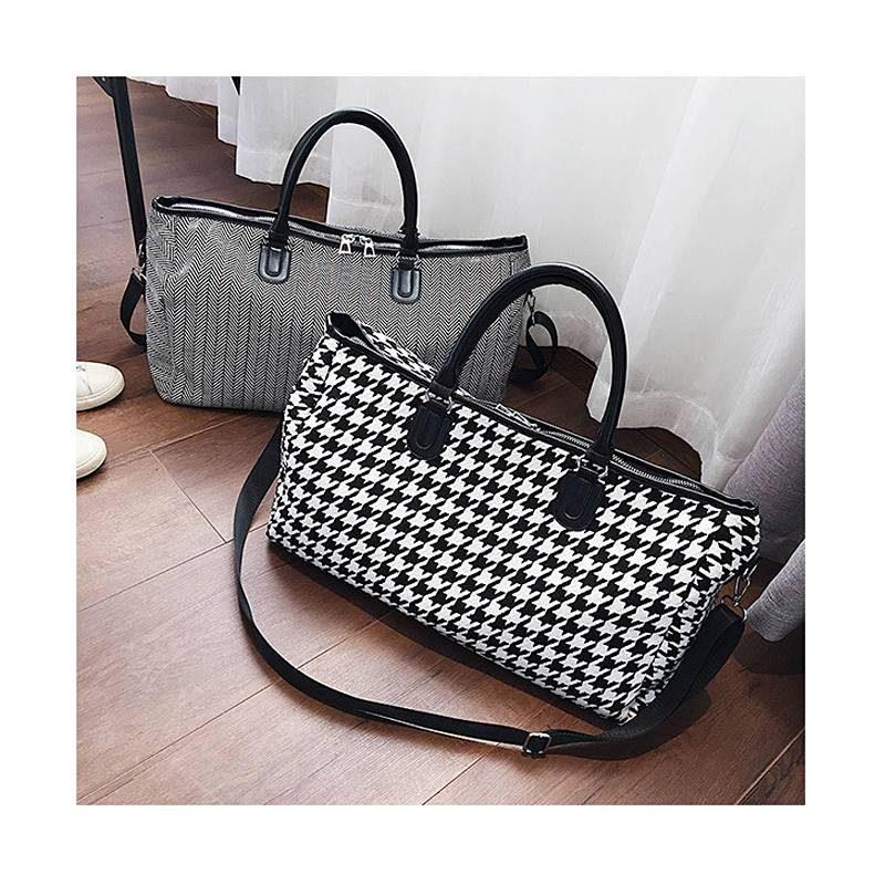 2 sacs de voyage en toile pour femme avec motifs noir et blanc.