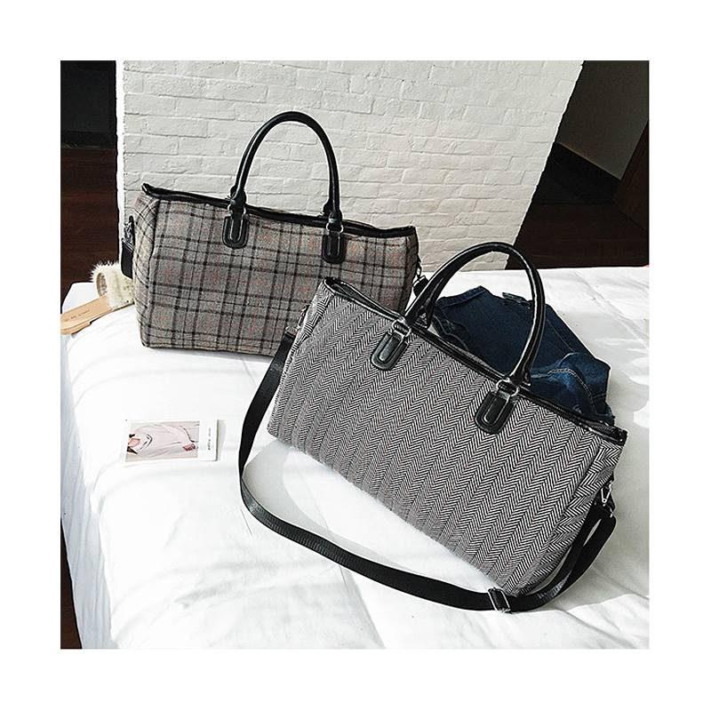 2 sacs de voyage en toile pour femme avec motifs noir et blanc et motifs à carreaux.
