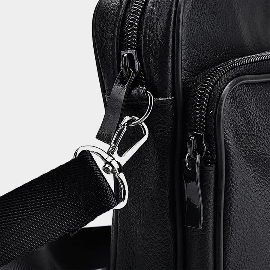 Bandoulière mousqueton amovible et poches du sac trotteur avec curseur.