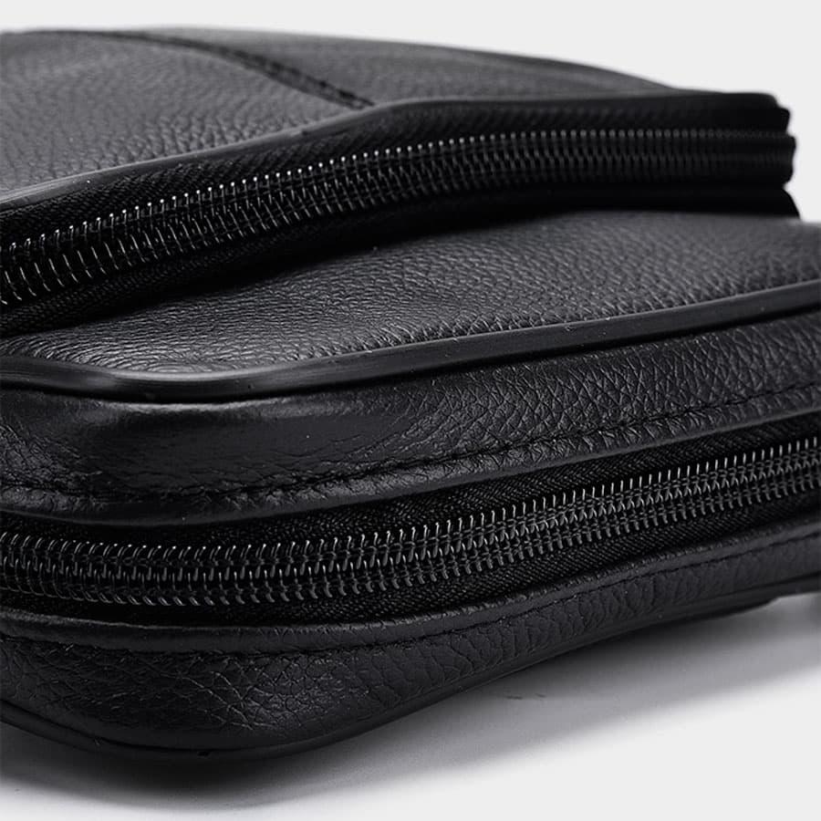 Sac trotteur en cuir noir avec 2 rangements à glissière.
