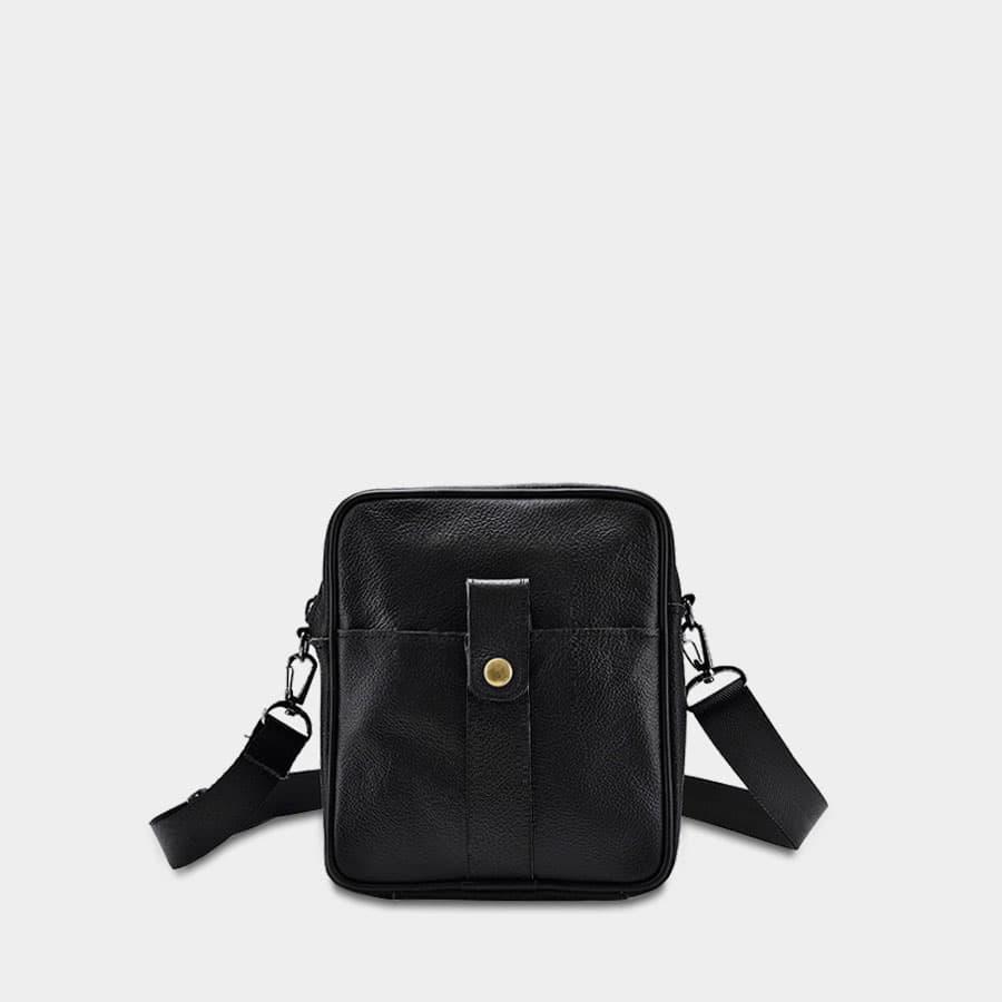 Petite sacoche trotteur homme en cuir noir véritable avec poche à bouton pression.