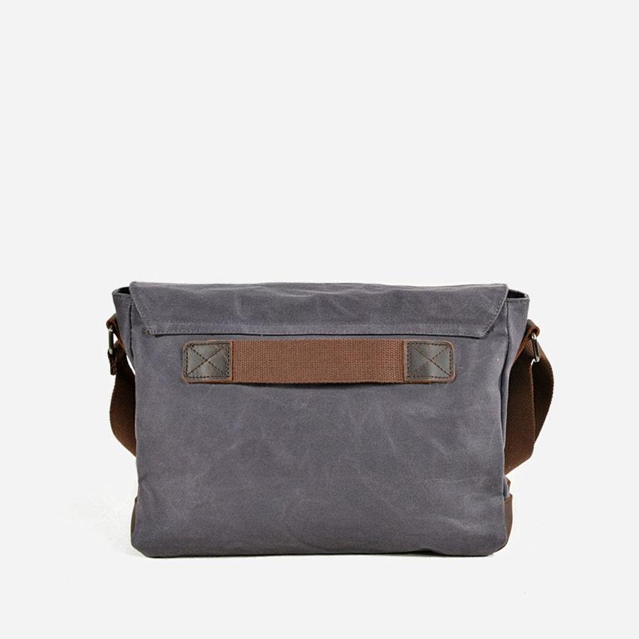 Verso du sac besace en toile bleu gris ardoisé pour homme et en cuir véritable.
