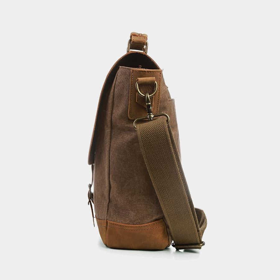 Côté de la sacoche façon besace en toile couleur brun et cuir véritable marron.