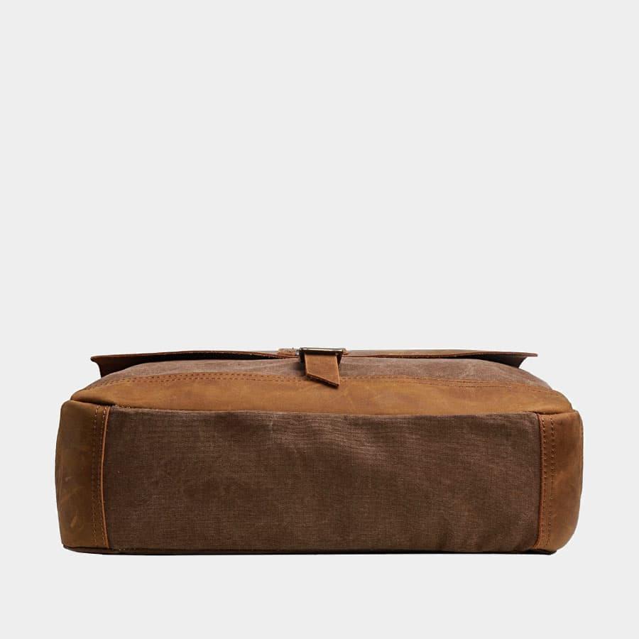 Dessous de la sacoche façon besace en toile couleur brun et cuir véritable marron.