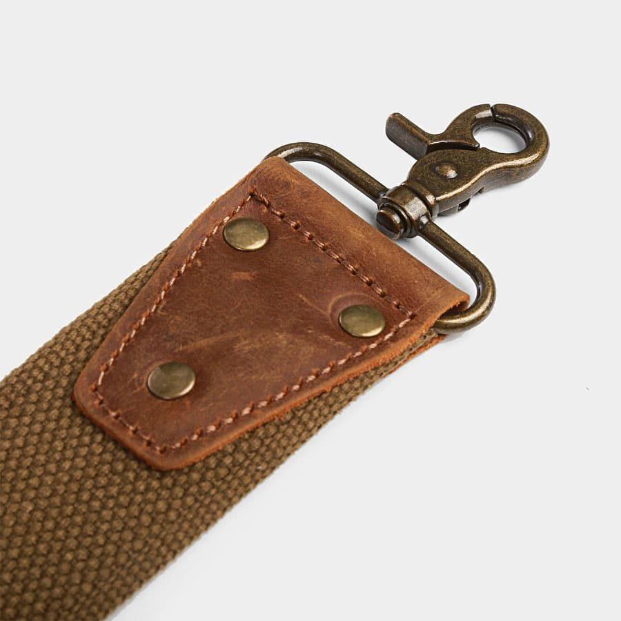 detail-bandouliere-mousqueton-cuir-rivets-empiecement-metallique-15491