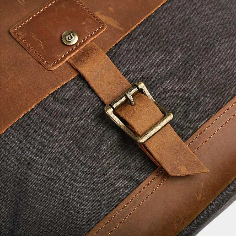 detail-bride-boucle-rabat-cuir-marron-toile-bleu-15491