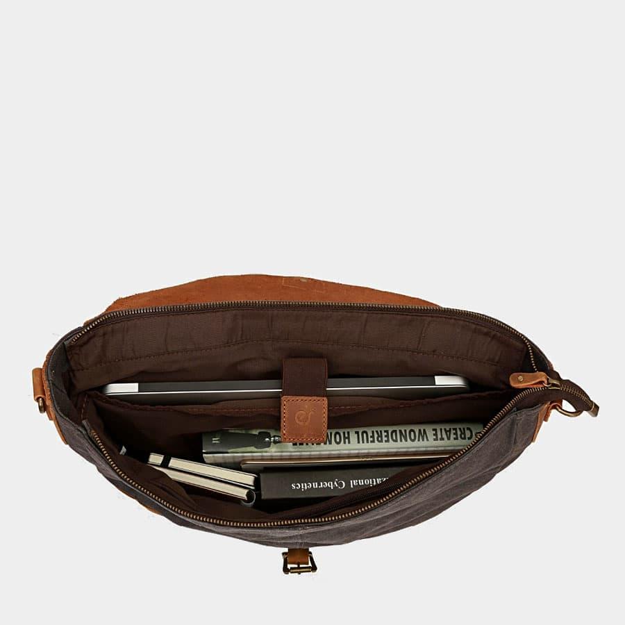 Intérieur de sacoche façon besace en toile bleu et cuir véritable marron.