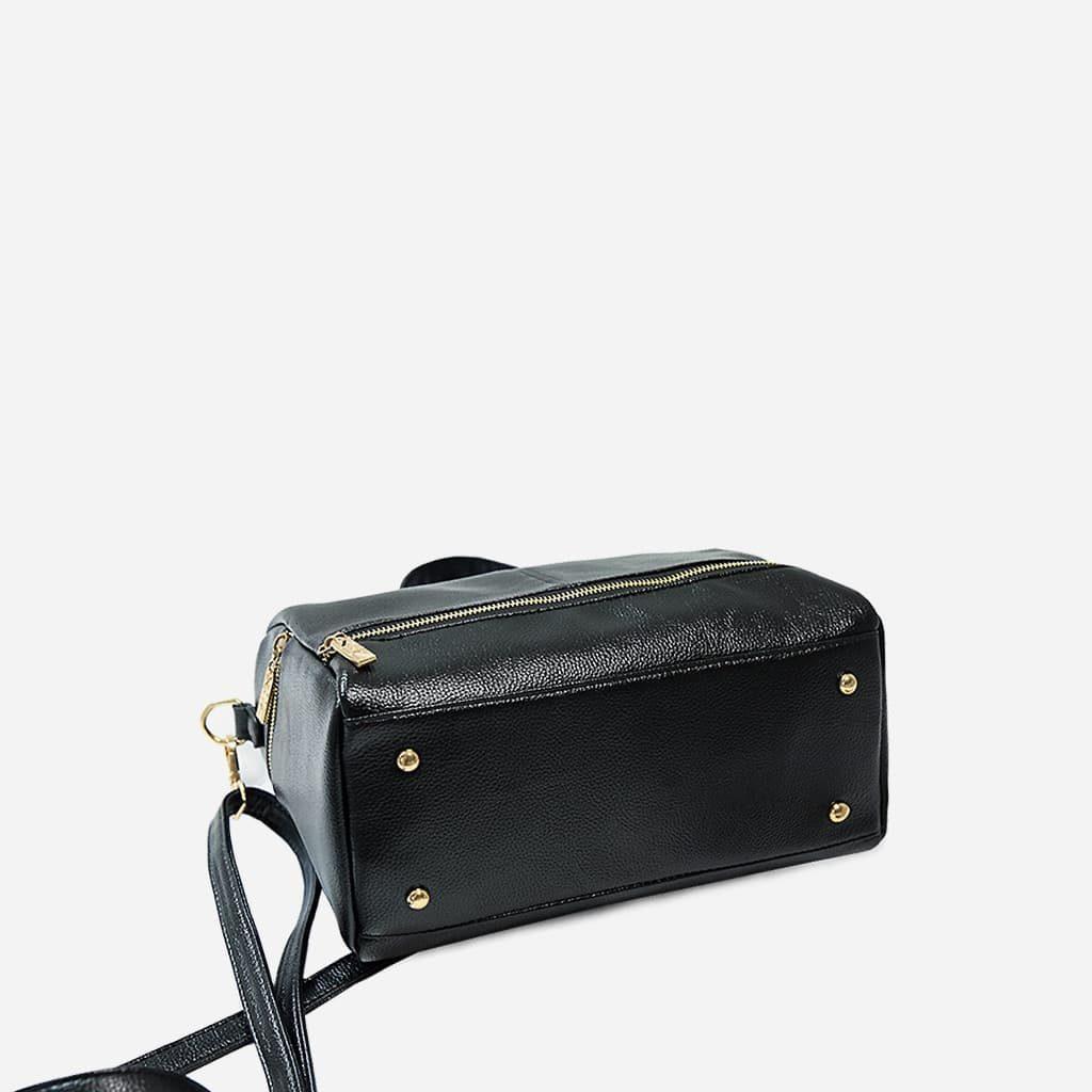 Dessous du sac à main bandoulière clouté en cuir noir pour femme.