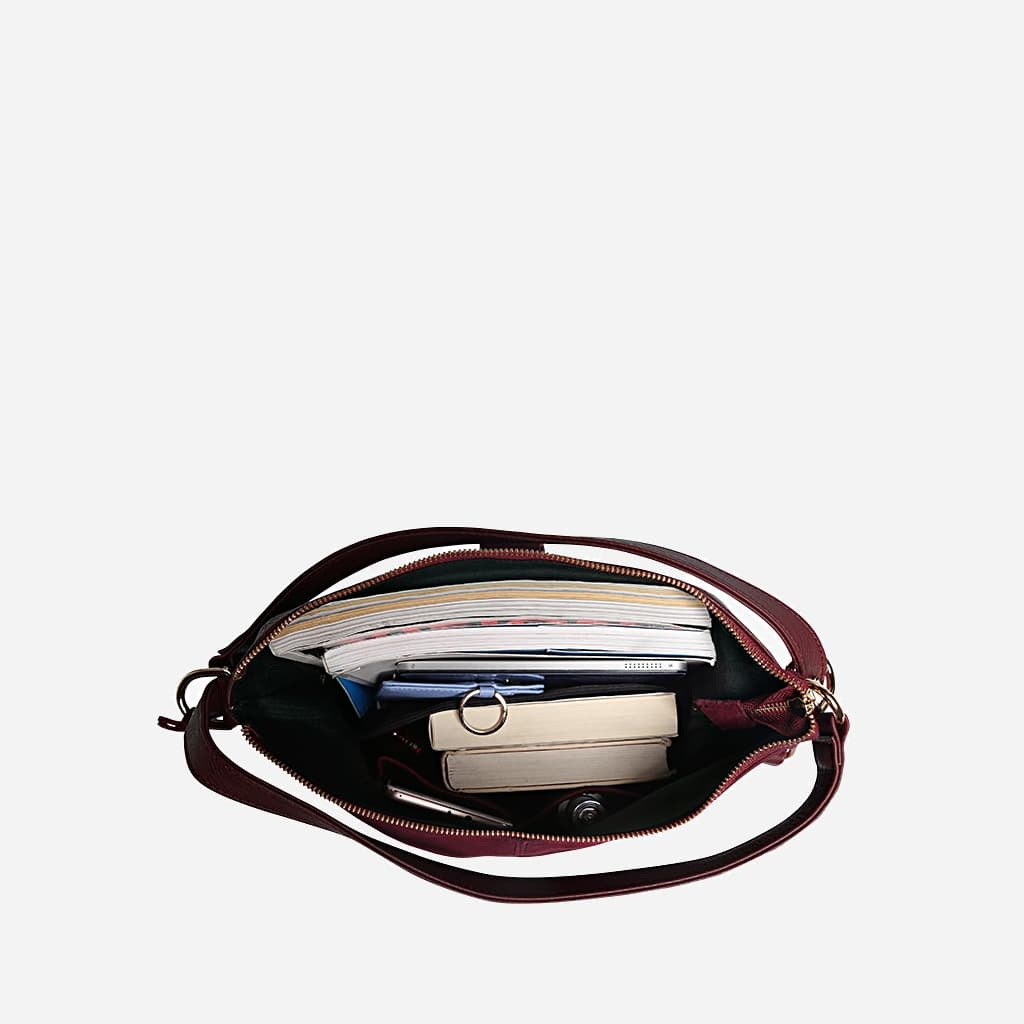 Intérieur du sac à main pour femme en cuir véritable nubuck (suédine).