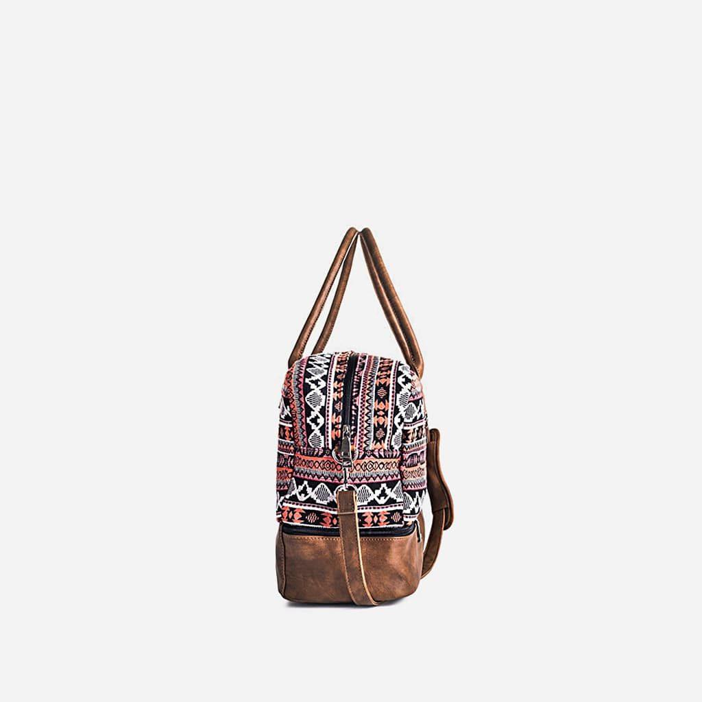 Côté du sac voyage 48h en toile avec motifs roses et cuir marron.