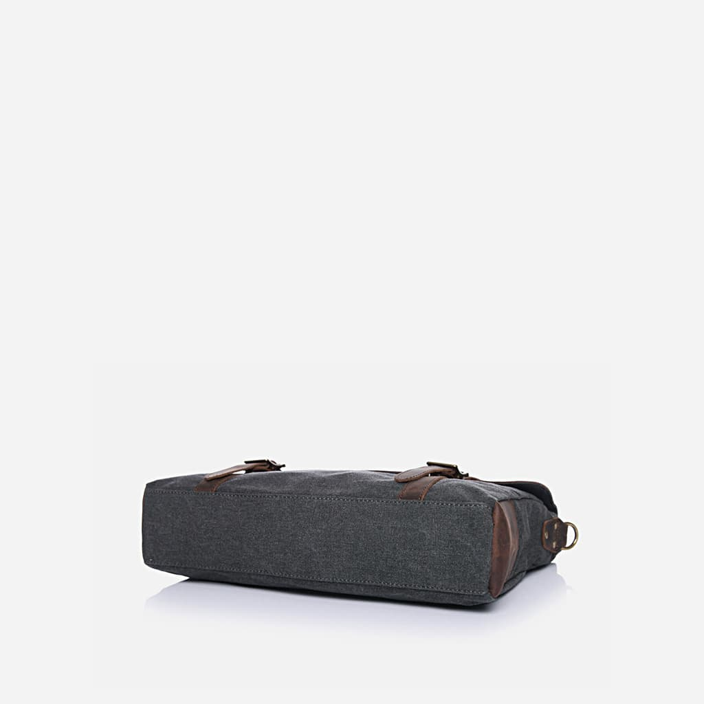 Dessous du sace besace pour homme en toile et en cuir véritable. Toile en couleur gris foncé ardoisé et cuir brun foncé.