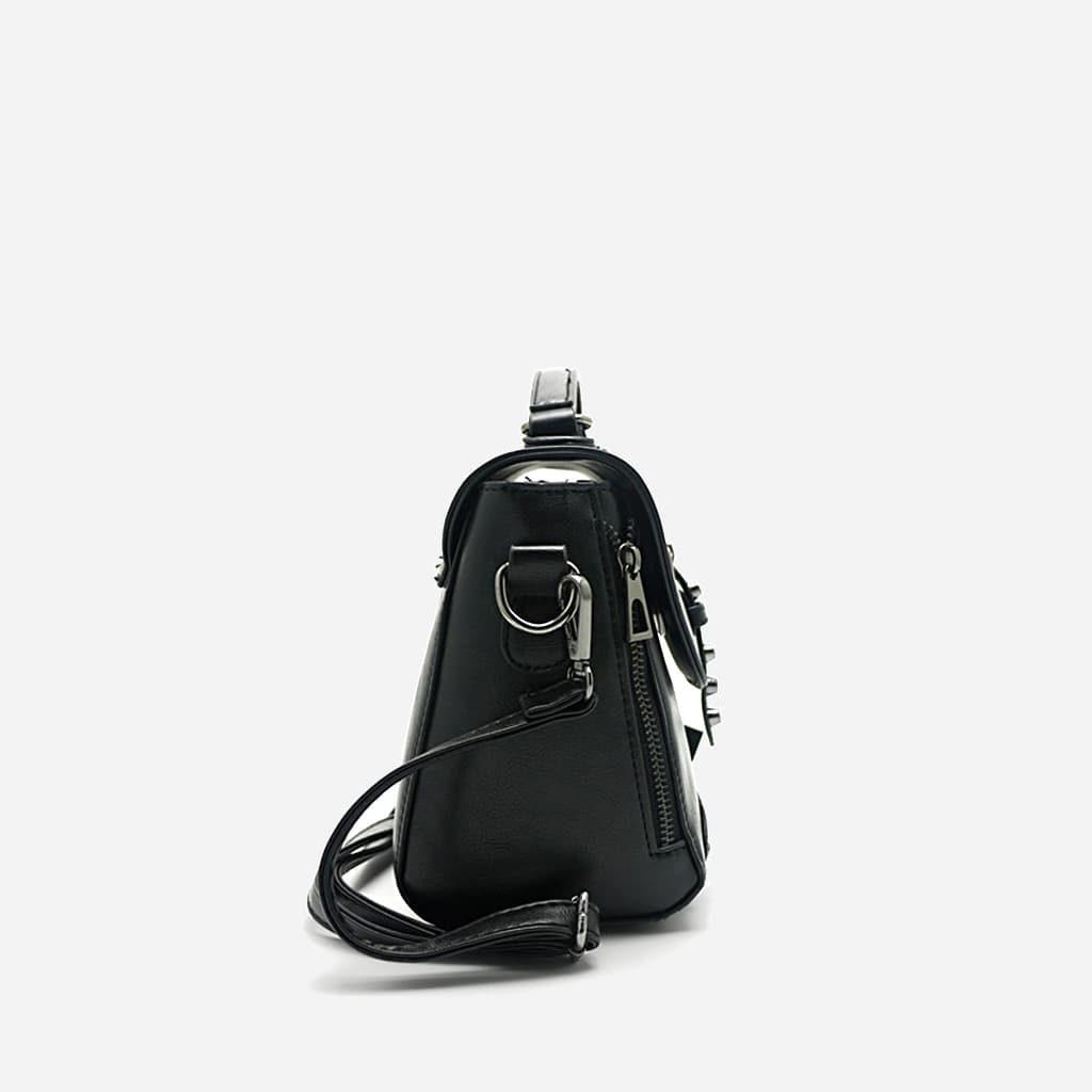 Côté du sac à main clouté en cuir noir pour femme avec fermeture décorative et bride à boucle ardillon.