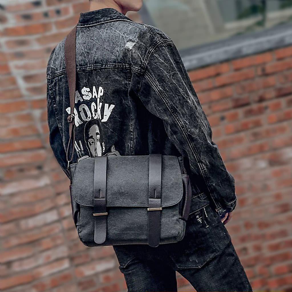 Sacoche besace pour homme en toile noir façon jeans et en cuir brun foncé.