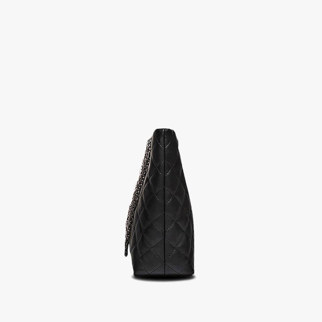 Côté du sac à main cabas en cuir noir matelassé et à chaine.