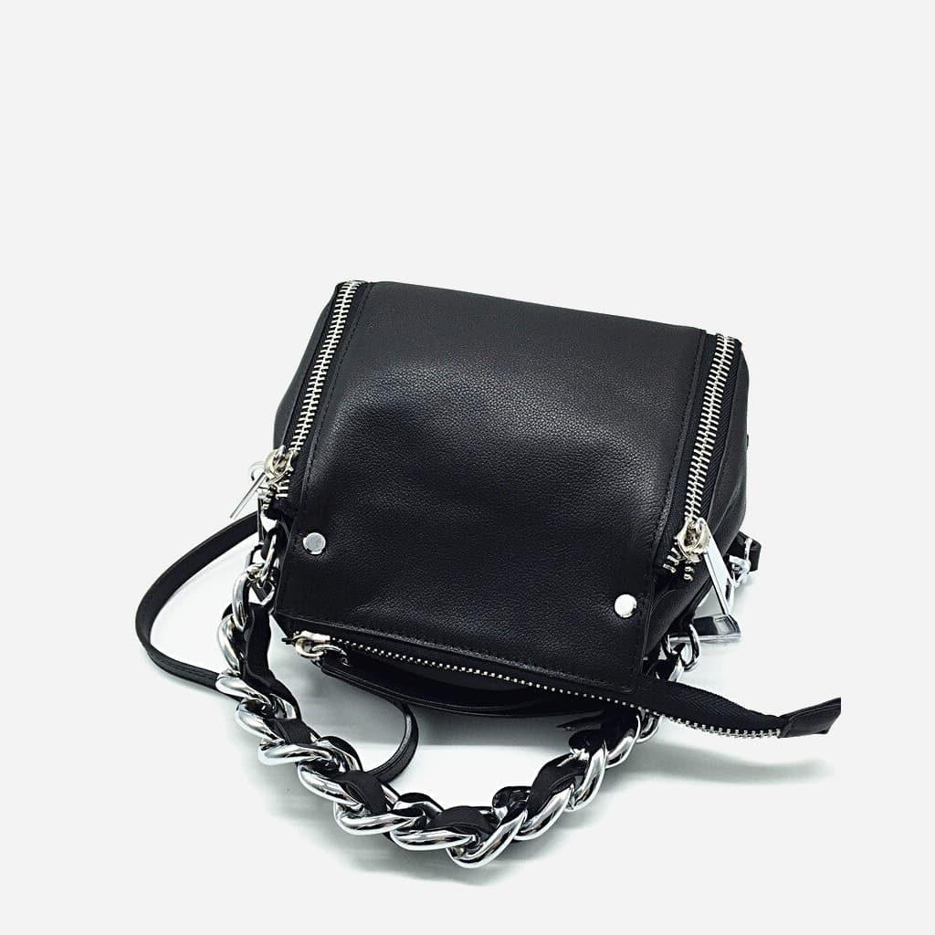 Verso du sac à main à chaîne en cuir véritable de vachette de couleur noir.