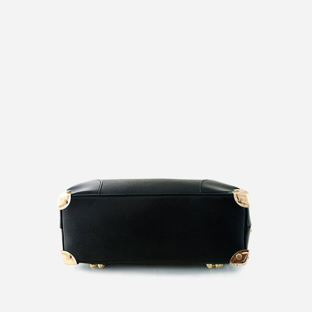 Dessous du sac à main clouté en cuir noir pour femme avec dorure.