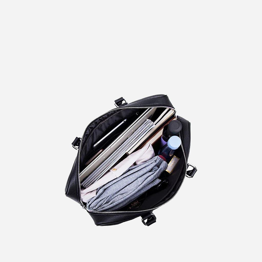 Intérieur du sac de voyage 48h pour homme en cuir noir.