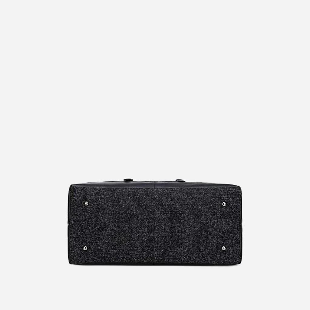 Dessous du grand sac de voyage 48h en toile de tissus et en cuir noir.
