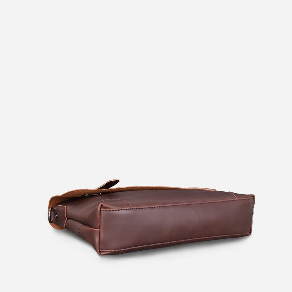 Dessous de la sacoche besace bandoulière en cuir marron pour homme.