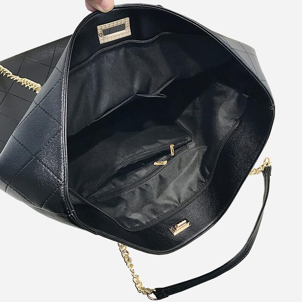 Intérieur du sac cabas en cuir noir avec chaine dorée. 6 poches internes.