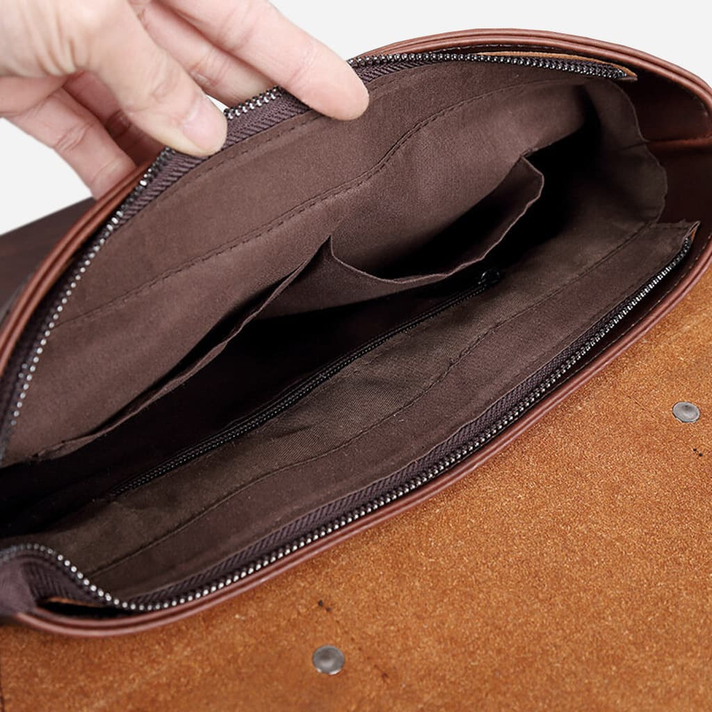 Intérieur de la sacoche besace bandoulière en cuir marron pour homme.