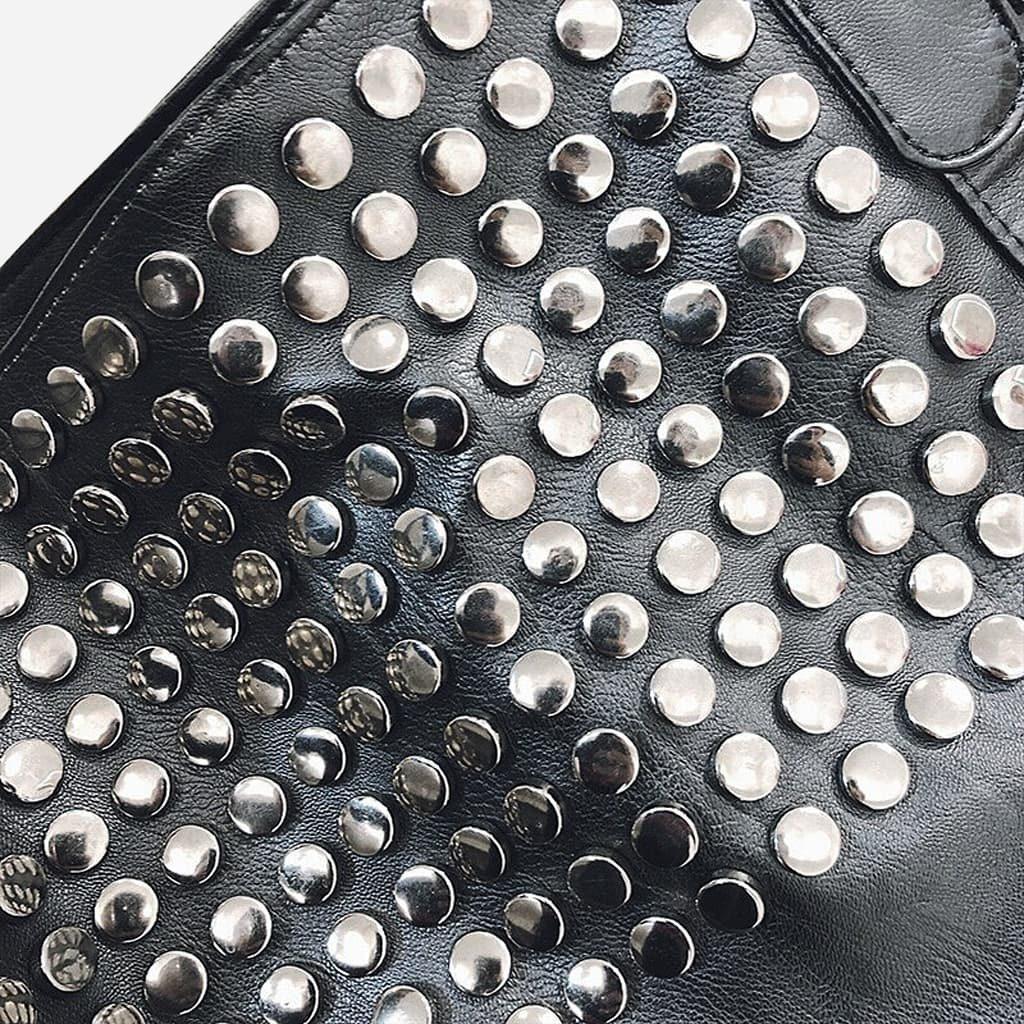 Détails des clous et rivets du sac bandoulière cabas clouté en cuir noir pour femme.