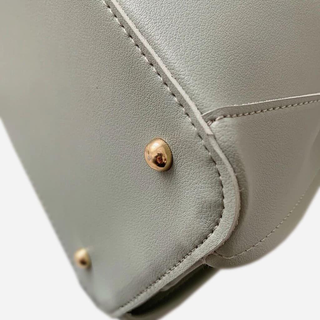 Dessous du sac à main avec les clous (rivets) métalliques de protection.