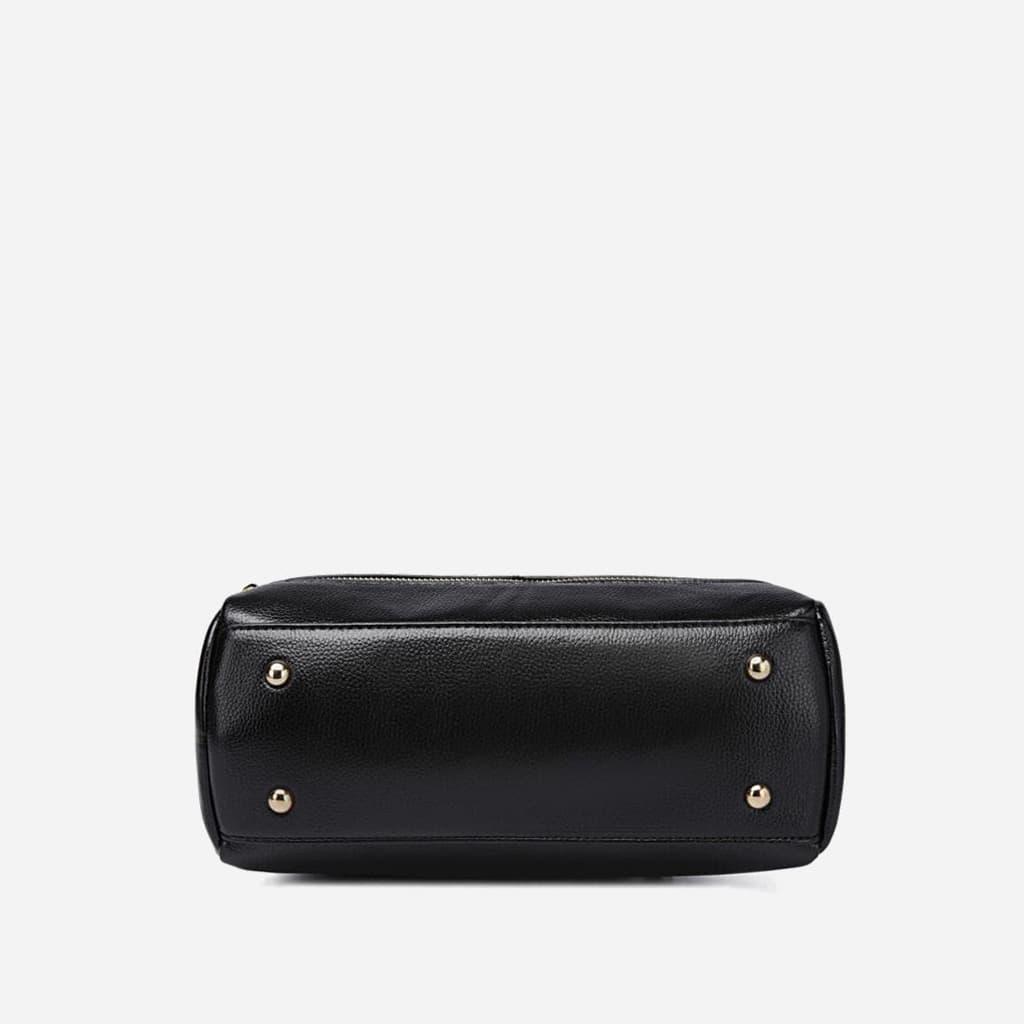 Dessous du sac à main cuir noir clouté.