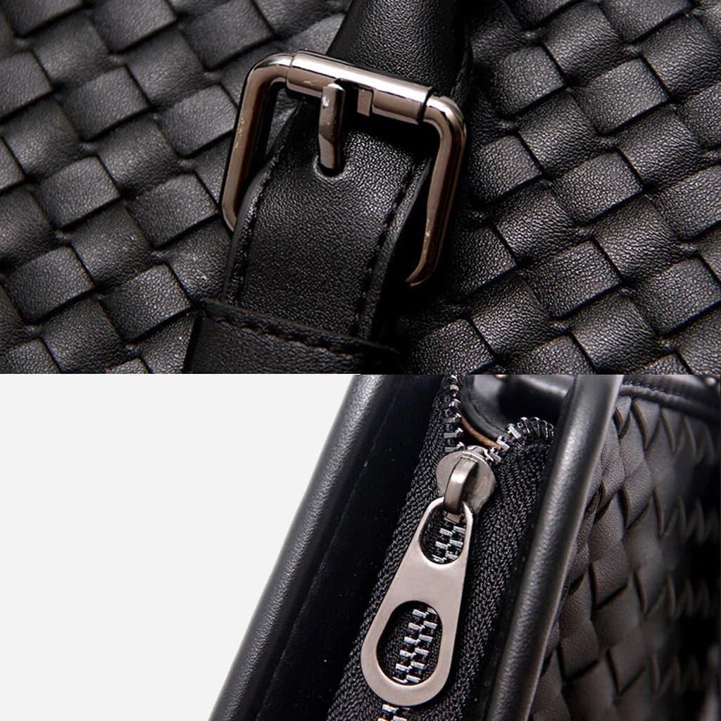 Déails du cuir véritable et des fermetures (bride à boucle, curseur et tirette).