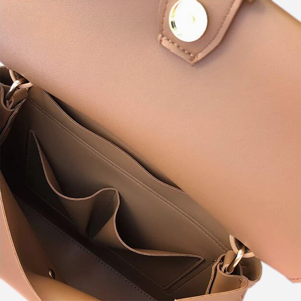 Intérieur du grand sac à main type besace en cuir marron beige.