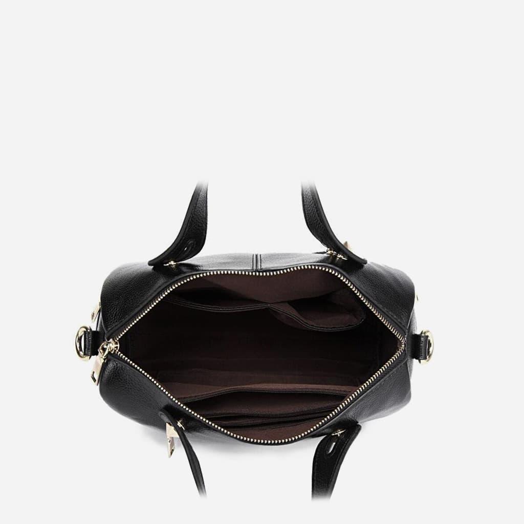 Intérieur du sac à main cuir noir clouté.