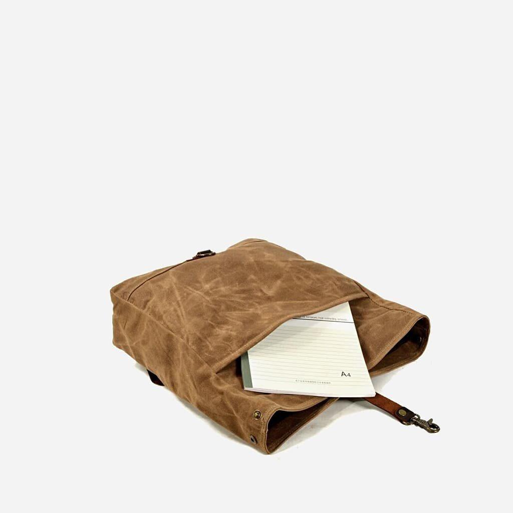 Poche avant et rangement A4 de la grande sacoche besace en toile enduite et cuir véritable marron et brun pour homme