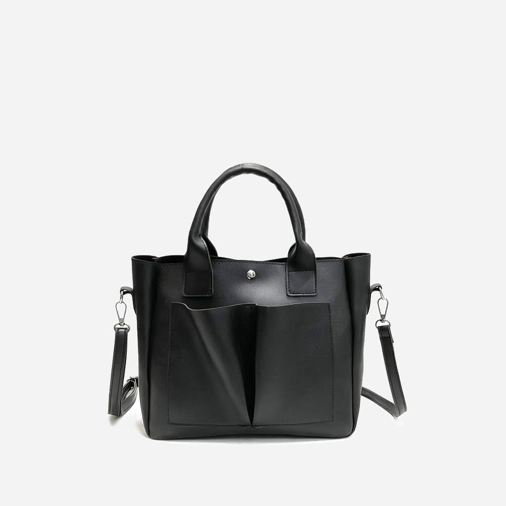 Sac cabas cuir noir pour femme avec deux grandes poches extérieures à l'avant.