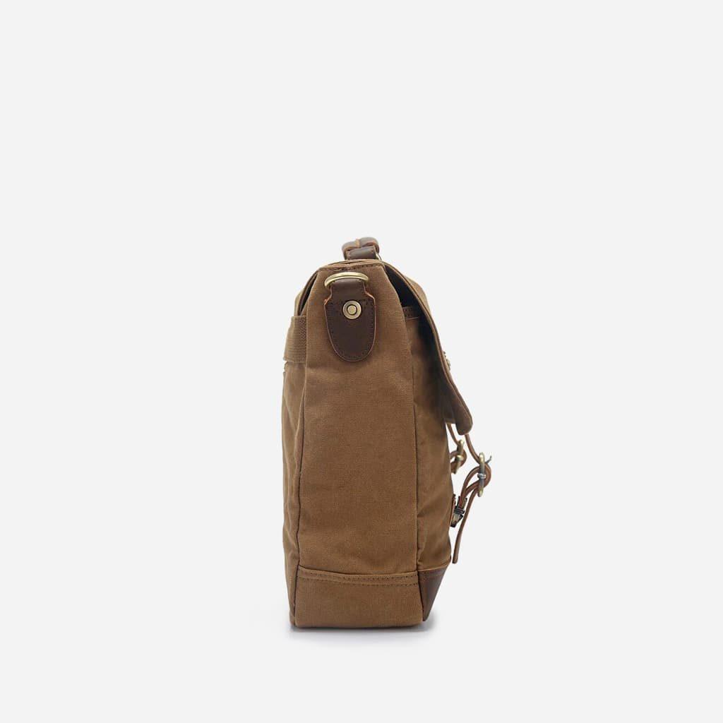 Côté de la sacoche besace en toile et en cuir.