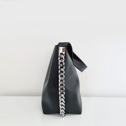 Côté du sac seau en cuir noir avec anse bandoulière et chaîne décorative