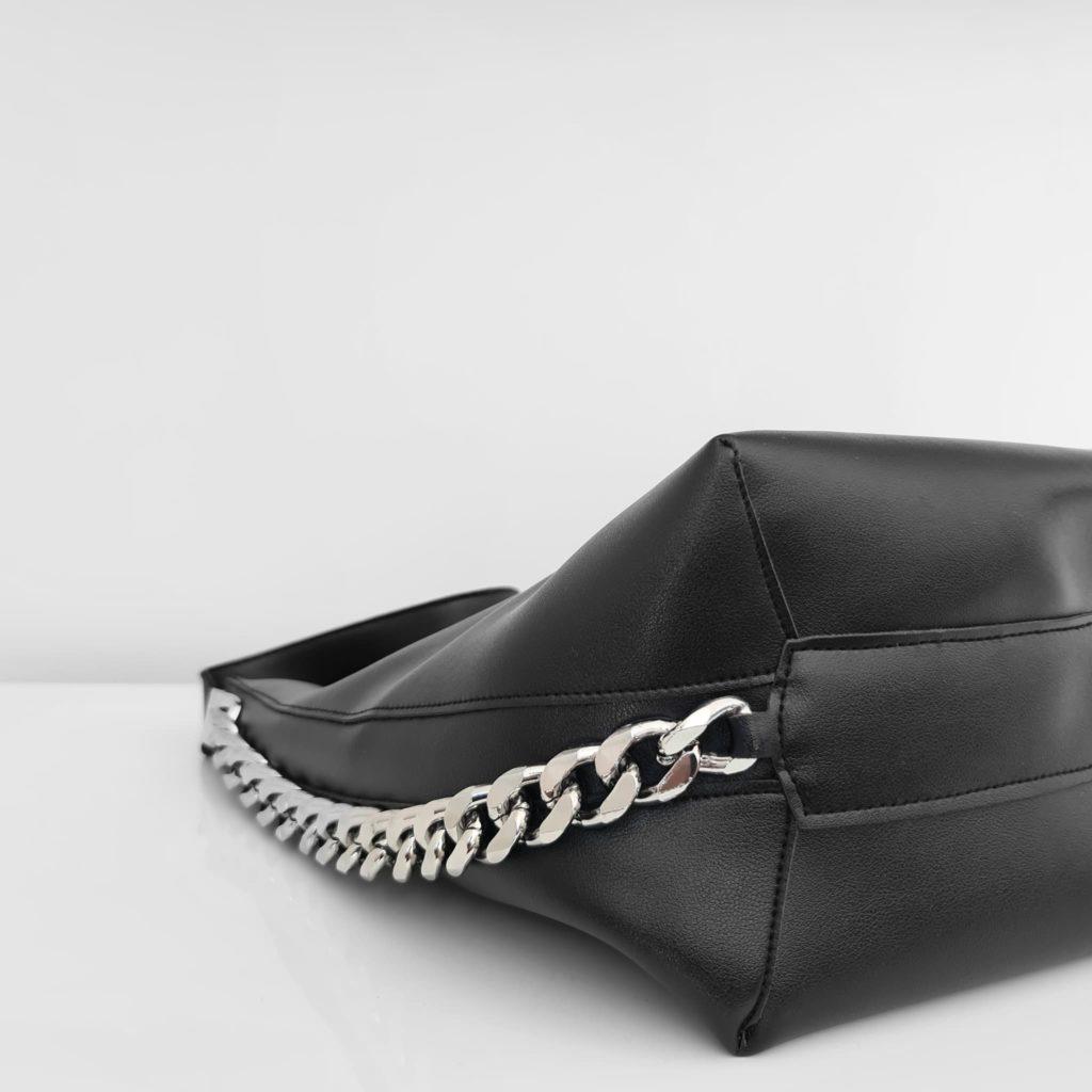 Détail chaîne avec maillons et dessous du sac seau cabas cuir noir pour femme.