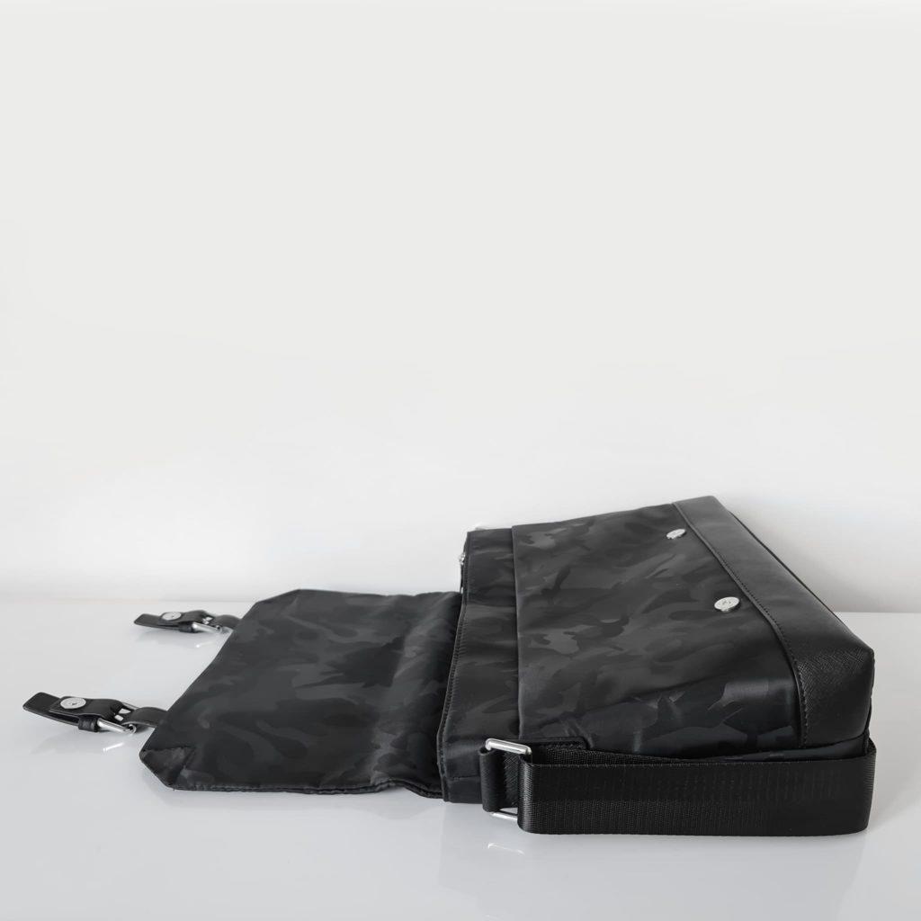 Ouverture du rabat de la besace homme noir tissu Oxford camouflage avec garniture cuir safiano.