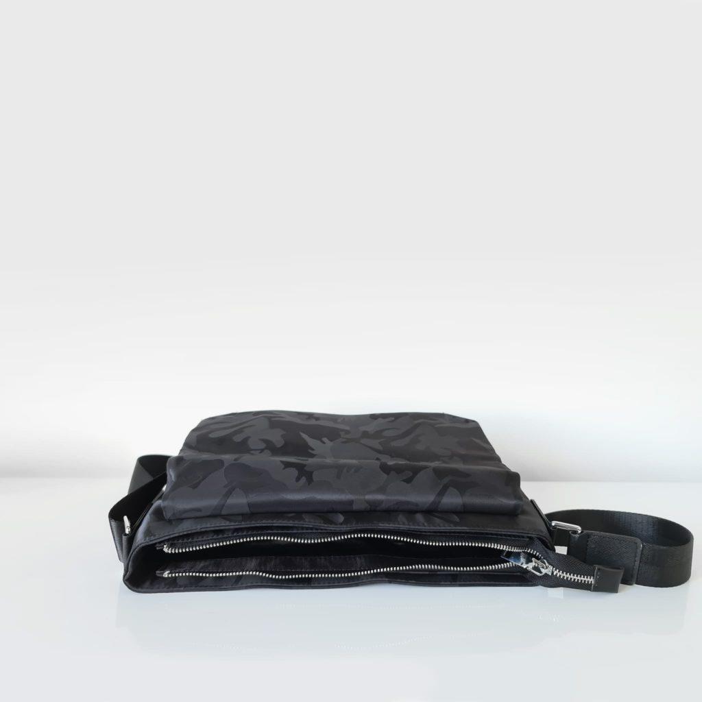 Dessus de l'ouverture principale du sac besace bandoulière camo noir pour homme.