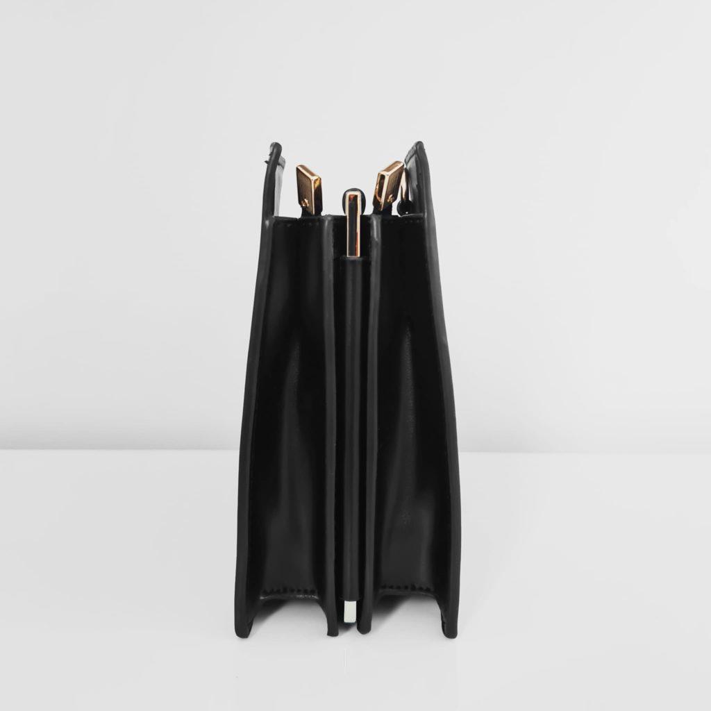 Côté du sac à main cuir noir femme asymétrique avec anse métallique dorée