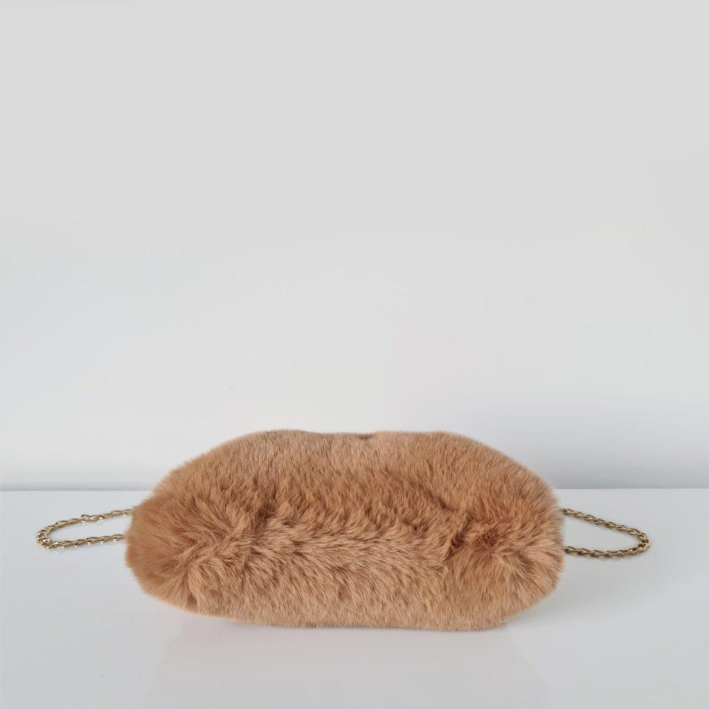 Dessous du sac fourrure camel à boucle clic clac et bandoulière à chaîne dorée