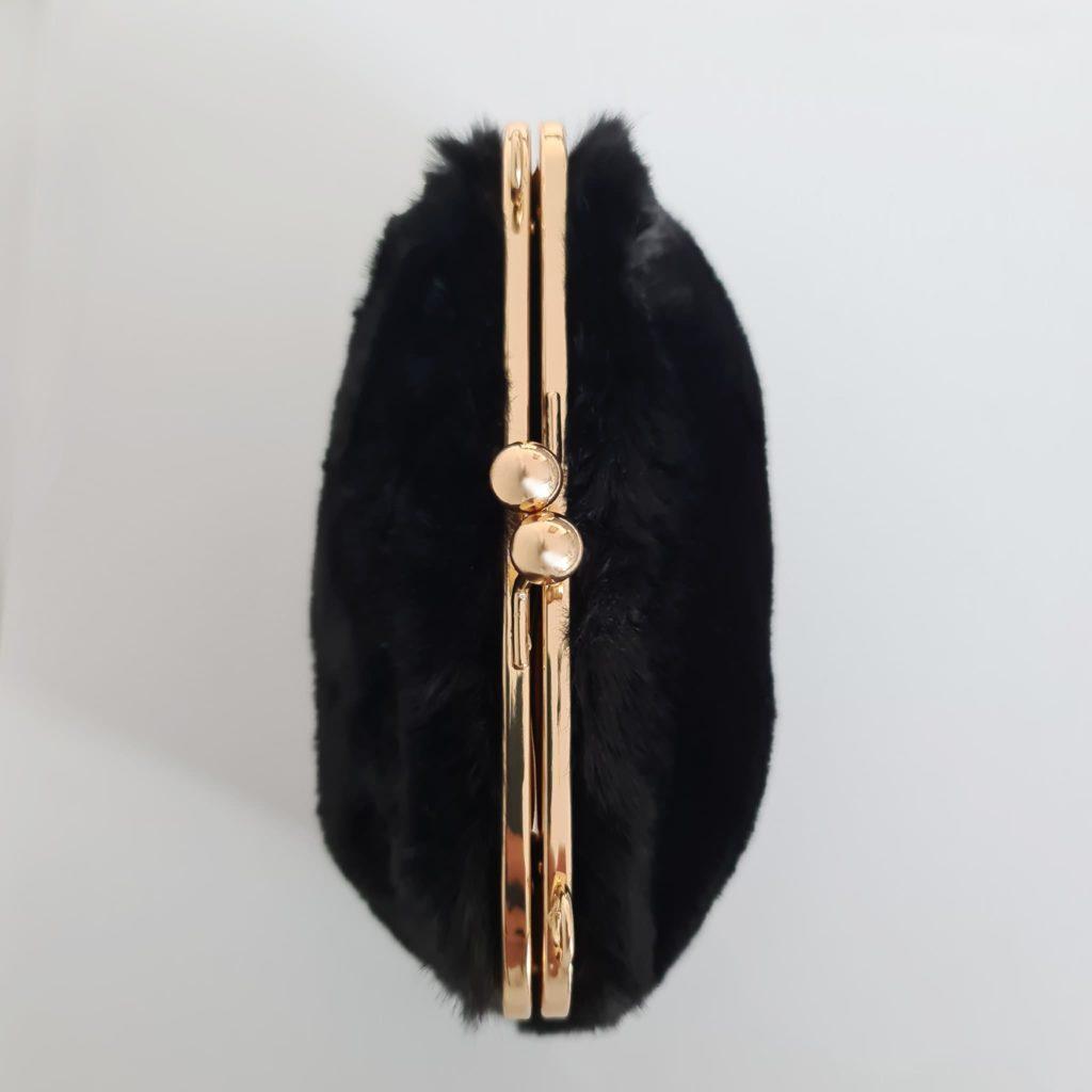 Dessus du petit sac fourrure noir à boucle clic clac et bandoulière à chaîne dorée